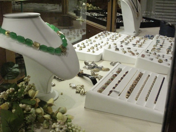 We buy gold, silver and coins. Bring your unwanted jewelry, broken or not we pay cash!!